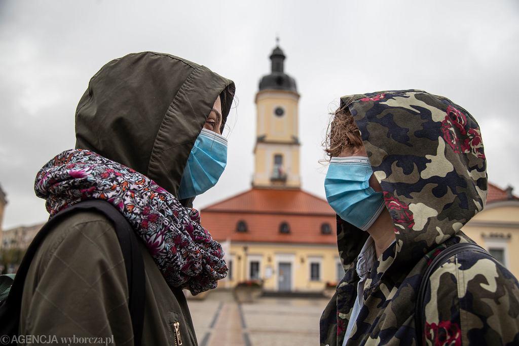 Obowiązek noszenia maseczek ochronnych w strefie publicznej.