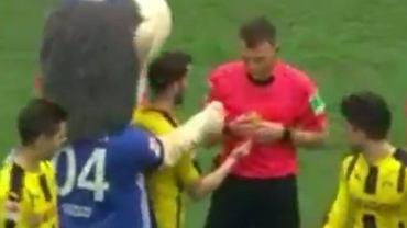 Maskotka pokazuje czerwoną kartkę sędziemu meczu Schalke - Borussia