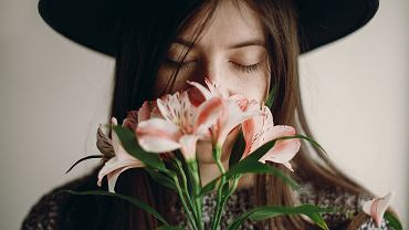 ;Stylish,Hipster,Girl,In,Hat,Holding,Pink,Flowers,And,Petals