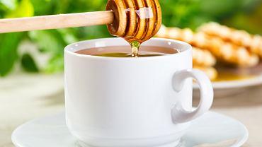 Miód zawiera mniej więcej tyle samo kalorii co biały cukier, ale ma również pewne ilości wapnia, fosforu, żelaza, magnezu, potasu, fluoru, kobaltu i jodu, a także witaminy z grupy B, białka, garbniki, woski, olejki lotne, pyłki kwiatowe, enzymy i kwasy organiczne.