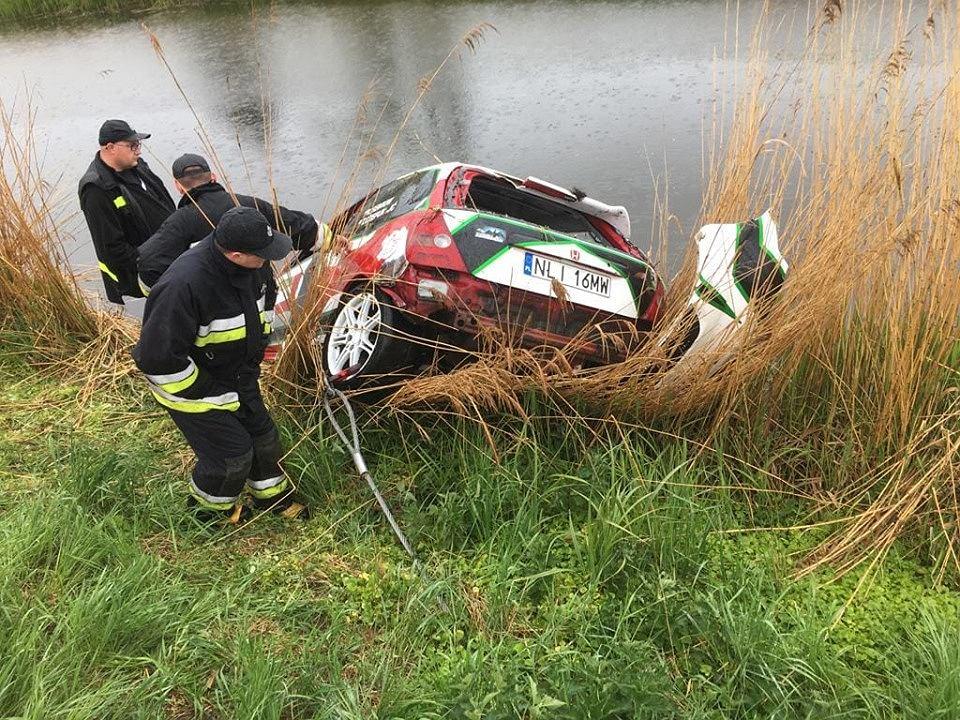 Tragedia na Rajdzie Żuławskim. Straż pożarna wydobywa  samochód z kanału