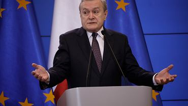 Wicepremier Piotr Gliński podczas konferencji dot. pandemii koronawirusa. Warszawa, KPRM, 11 marca 2020
