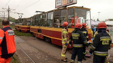 Wypadek na skrzyżowaniu w Łodzi. Tramwaj wypadł z szyn i uderzył w słup.