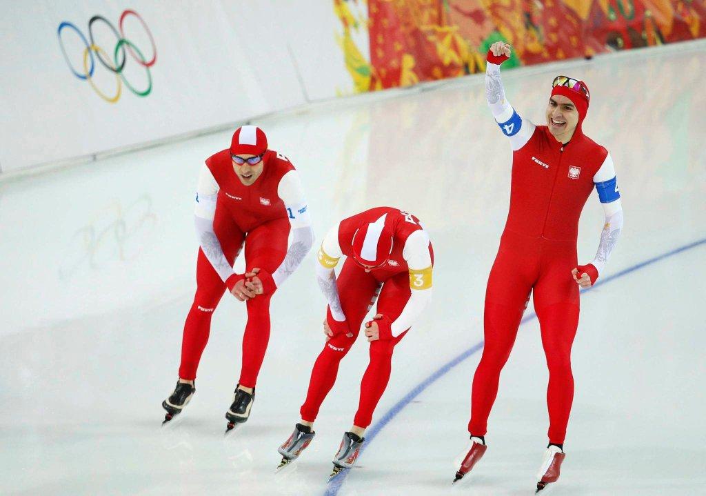 Jan Szymański (po prawej) wraz ze Zbigniewem Bródką i Konradem Niedźwieckim zaraz po zdobyciu brązowego medalu na igrzyskach w Soczi
