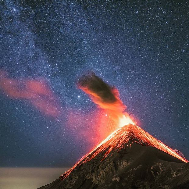 Wulkan Fuego podczas erupcji.
