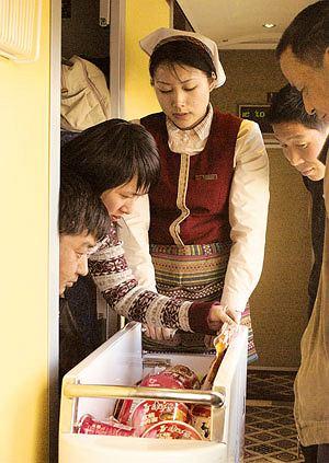 Podróż pociągiem z Pekinu do Tybetu, azja, podróże, Oprócz wagonu restauracyjnego są też dwa wózki z jedzeniem kursujące tam i z powrotem po całym pociągu