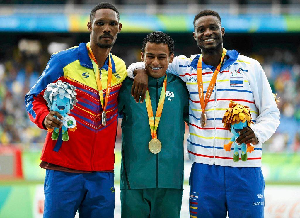 Podium biegu na 400 m (T20) na paraolimpiadzie w Rio. Od lewej srebrny medalista Luis Artuto Paiva z Wenezueli, złoty, Daniel Martins z Brazylii i Gracelino Tavares Barbosa z Republiki Zielonego Przylądka, który był trzeci.