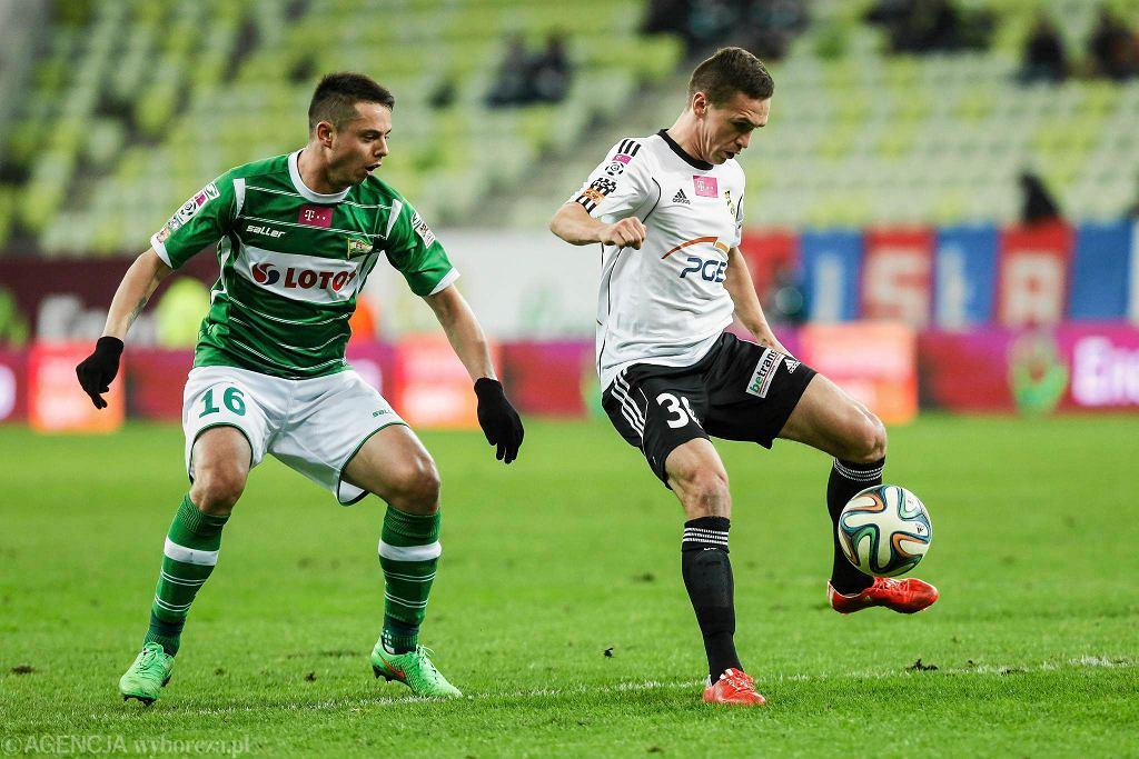 Lechia Gdańsk - PGE GKS Bełchatów 1:0. Ariel Borysiuk (z lewej)