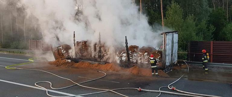 Pożar ciężarówki na autostradzie A2. Na drogę wysypało się 20 ton paszy