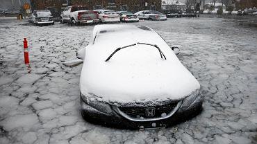 4 stycznia, parking przy wybrzeżu w Bostonie. Samochody znalazły się w okowach lodu po tym, jak sztorm wypchnął wody zatoki na ląd