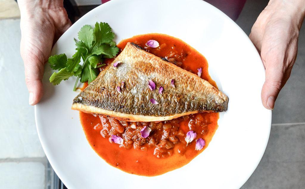 Jak upiec rybę w piekarniku - smacznie, zdrowo i bez ości? Trzy łatwe sposoby na pyszny obiad