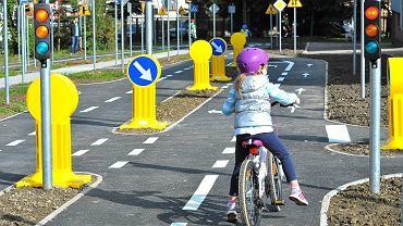 Opoczno. 7-latek jechał rowerkiem odwiedzić babcię. Zatrzymano go, gdy przejechał już 8 kilometrów