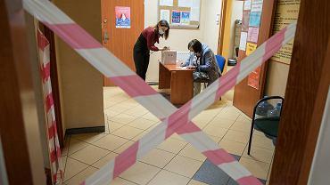Wybory prezydenckie 2020. Pracownicy Urzędu Gminy w Baranowie przygotowują się do wyborów korespondencyjnych.