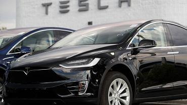 Samochód Tesla Model X w salonie firmowym w Littleton w Kolorado.