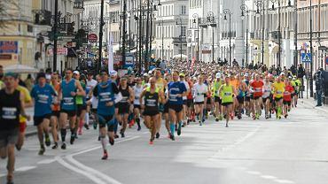 Maraton to 42,195 km.  Na zdjęciu: bieg w Warszawie