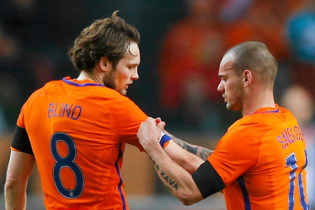 Wesley Sneijder przekazuje opaskę Daley'owi Blindowi