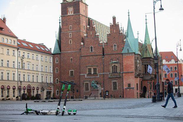 Opustoszałe centrum Wrocławia (fot: Krzysztof Ćwik/ Agencja Gazeta)