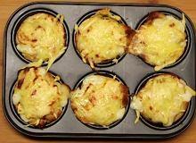 Tosty z pieczonym jajkiem, żółtym serem pod beszamelem - ugotuj