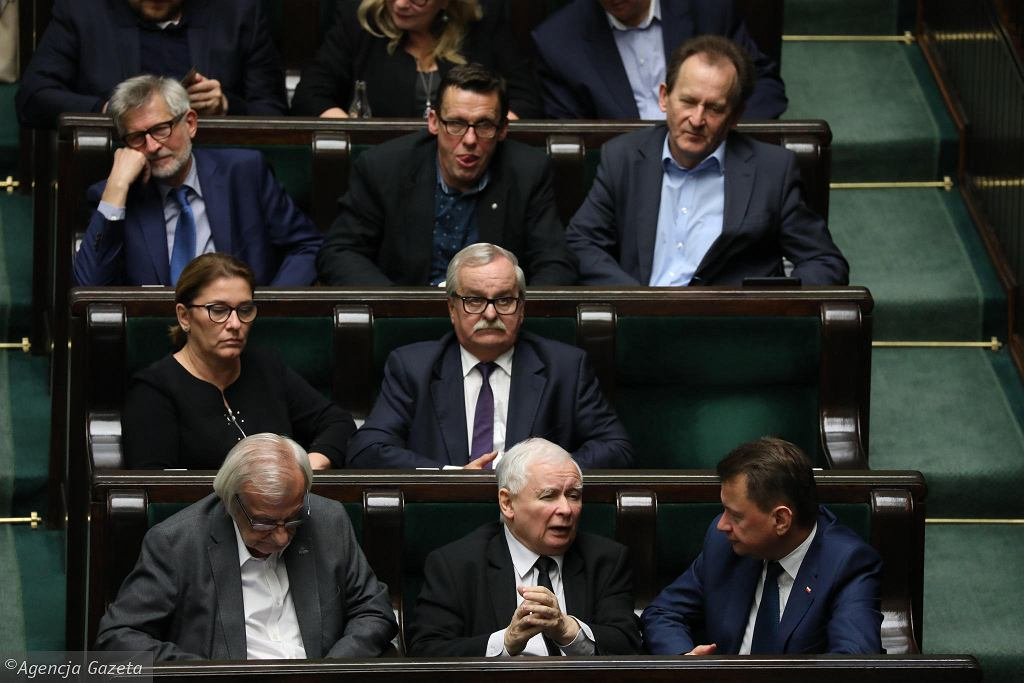 Posłowie PiS podczas głosowań. W pierwszym rzędzie Ryszard Terlecki, Jarosław Kaczyński i Mariusz Błaszczak