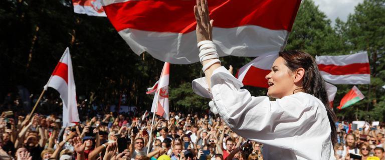 """Stanęła naprzeciw """"ostatniego dyktatora Europy"""". Kim jest Cichanouska?"""