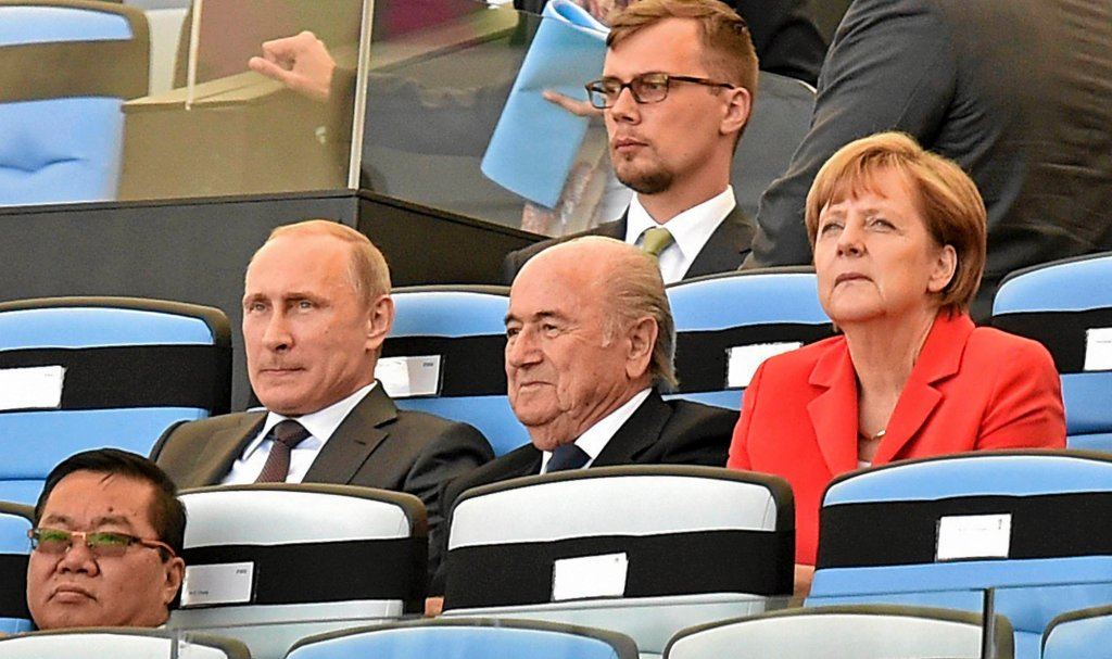 Władimir Putin, Sepp Blatter i Angela Merkel na trybunach Maracany