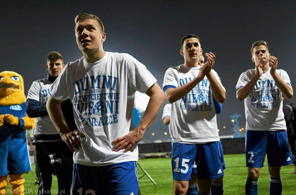 Piłkarze Ruchu Chorzów z koszulkami od kibiców