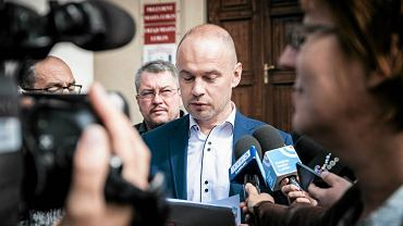 Konferencja prasowa radnych PO przed lubelskim ratuszem. Radny Bartosz Margul