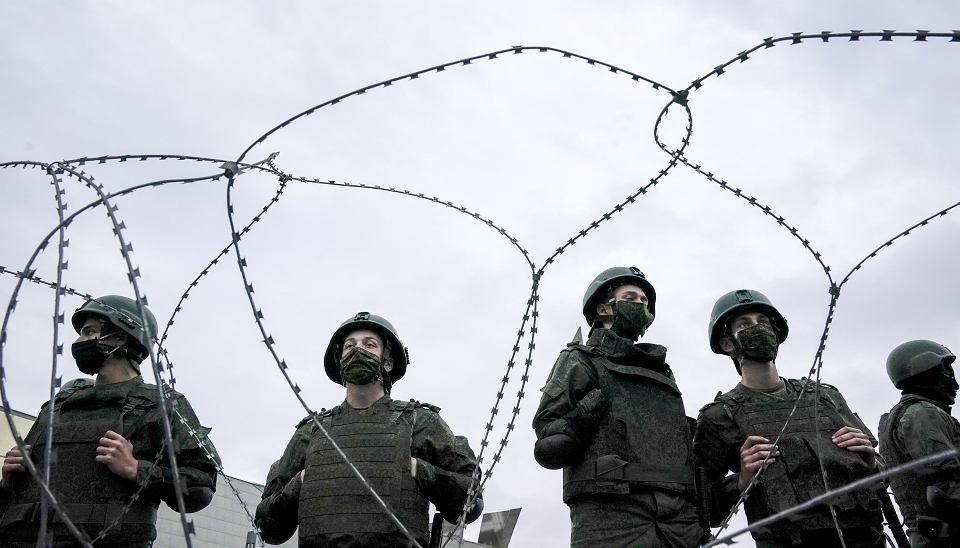 Milicjanci blokują drogę w Mińsku wielotysięcznej demonstracji Białorusinów, którzy żądają dymisji prezydenta Łukaszenki, 23 sierpnia 2020 r.