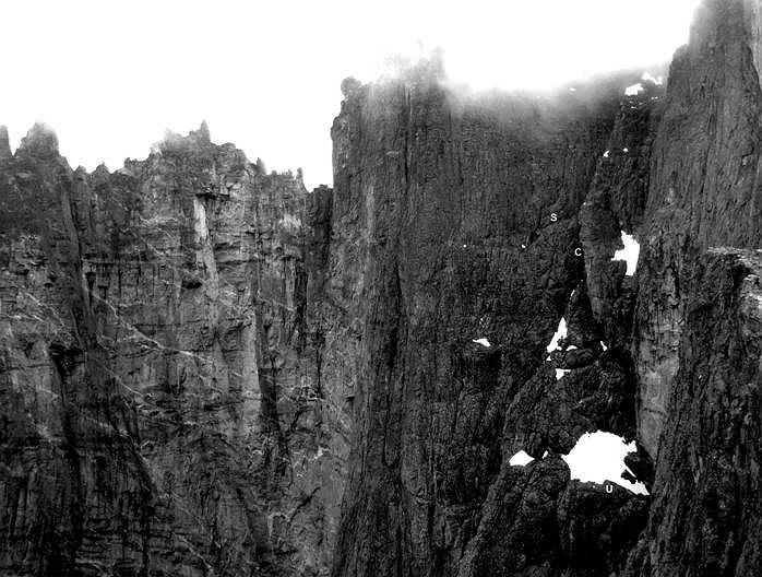Ściana Trolli i górna część drogi 'Fiva'. U - górne pole śnieżne, C - Trumna, S - Grań Niespodzianki