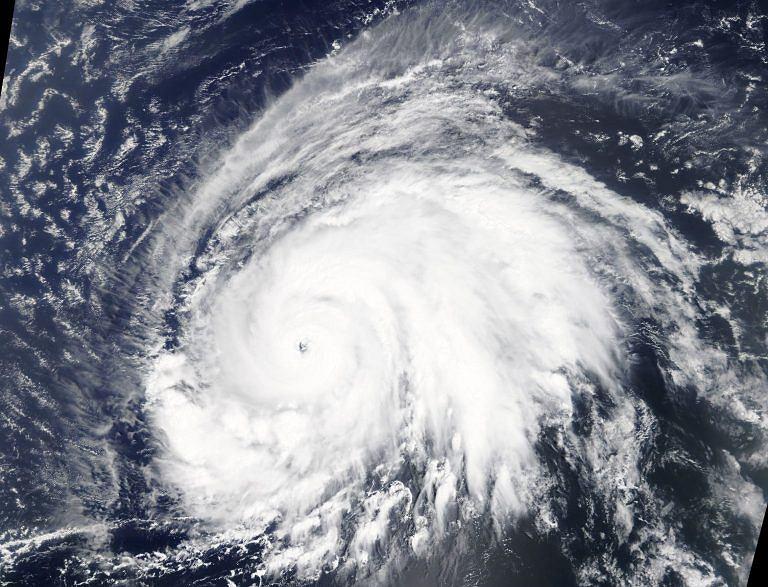 Huragan Lorenzo (zdjęcie satelitarne NASA).
