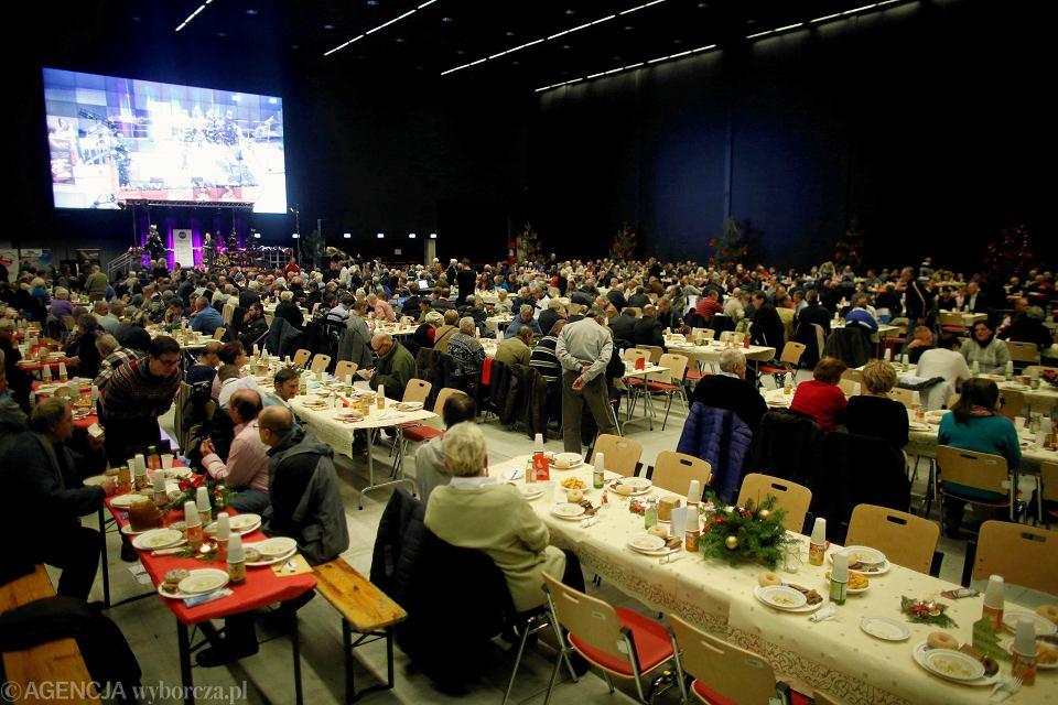 W przygotowaniach do wigilii dla samotnych w Katowicach bierze udział ok. 150 wolontariuszy, głównie młodych ludzi, którzy zasiądą do stołu wraz z gośćmi, będą wspólnie z nimi łamać się opłatkiem, jeść, kolędować i obejrzą wigilijne przedstawienie