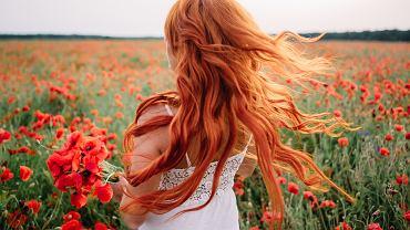 Rude włosy pasują do jasnej karnacji. Zdjęcie ilustracyjne