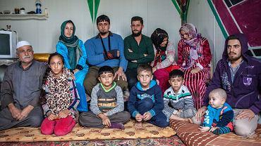Jasem (z lewej) i  jego syn Meqdad (z ręką na temblaku) z rodzinami. W irackim Kurdystanie mieli duże, dobrze prosperujące gospodarstwo (hodowla krów i owiec, produkcja nabiału i mięsa, uprawa pomidorów, pomarańczy, daktyli, pszenicy)