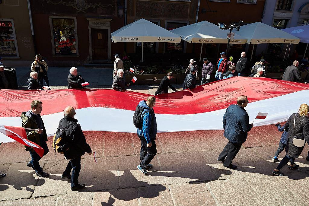 Święto Flagi 2017 - akcja 'Najdłuższa żywa flaga Polski' zorganizowana na Długim Targu w Gdańsku.