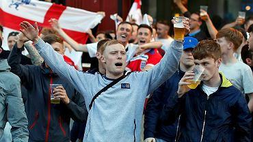 Angielscy kibice przed jednym z pubów w Lille