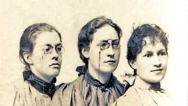 Od lewej: Stanisława Dowgiałłówna, Jadwiga Sikorska, Janina Kosmowska - pierwsze studentki Uniwersytetu Jagiellońskiego. W ślad za nimi na krakowską uczelnię wstępowało coraz więcej kobiet: w 1901 r. było ich 174, a rok przed wybuchem I wojny światowej - ponad 2 tys., co stanowiło blisko jedną trzecią ogółu słuchaczy. Łącznie w latach 1894-1939 na UJ studiowało ponad 12 tys. kobiet. Przełomem w edukacji kobiet było też otwarcie w Krakowie w 1896 r. pierwszego gimnazjum żeńskiego z programem odpowiadającym programowi szkoły męskiej.