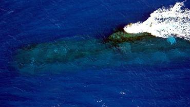 Australijski okręt podwodny typu Collins na głębokości peryskopowej