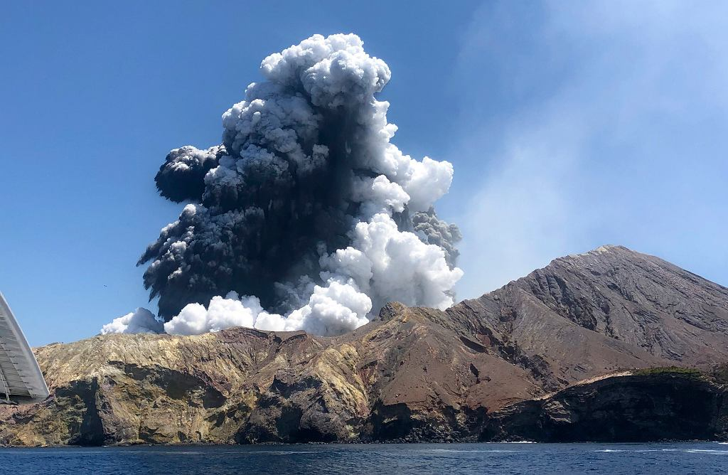 Erupcja wulkanu na Białej Wyspie w Nowej Zelandii.