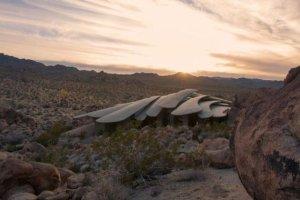 """Leży samotny pośród piachu i skał. Dom """"skorupiak"""" to prawdopodobnie najdziwniejsza nieruchomość do kupienia w USA. Za 10 mln zł"""