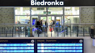 Warszawa, Dworzec Centralny. Sklep Biedronka otwarty w niedzielę pomimo zakazu handlu.