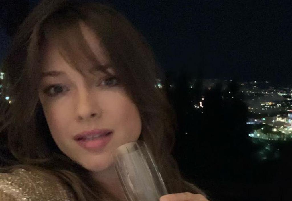 Alicja Bachleda-Curuś powitała Nowy Rok szampanem. My jednak patrzymy na jej dłoń - co za pierścionek!