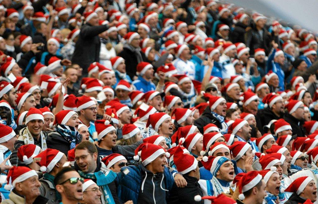 Trybuny pełne świętych Mikołajów
