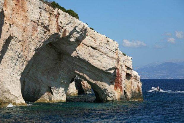 Blue Caves (Błękitne Groty)na północnym wybrzeżu greckiej wyspy Zakhyntos.