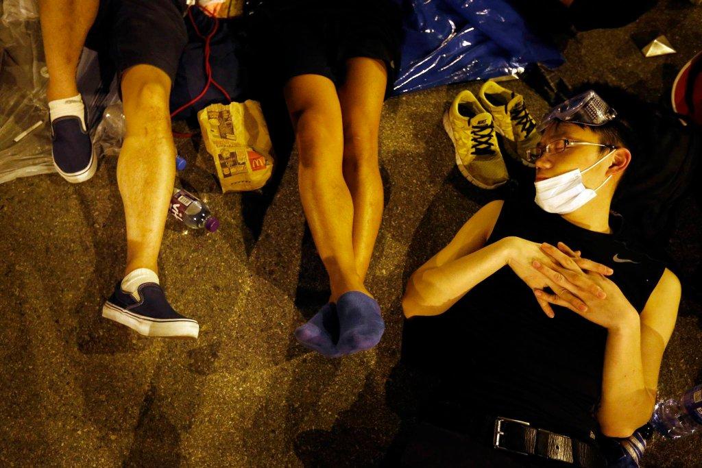 Demonstranci śpią przed wejściem do jednego z budynków rządowych w Hongkongu