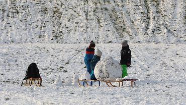 Ferie 2021. Korzystając z zimowej aury, nie zapomnijcie ulepić bałwana!