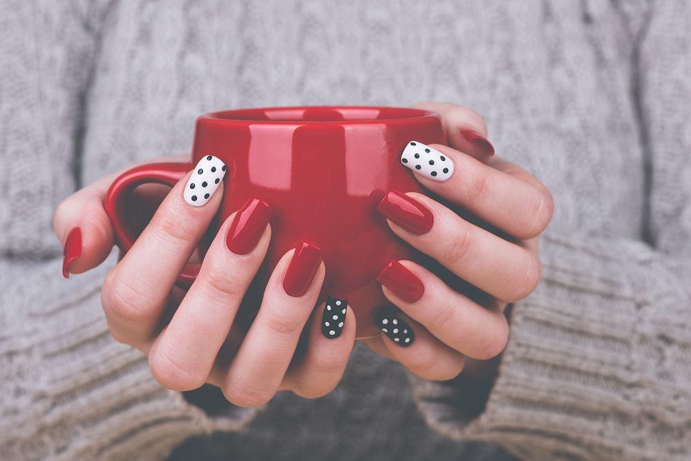 Paznokcie żelowe są świetną metodą stylizacji paznokci dla kobiet, których naturalna płytka jest zbyt krucha i łamliwa, by ich właścicielka mogła cieszyć się długimi, zadbanymi paznokciami.