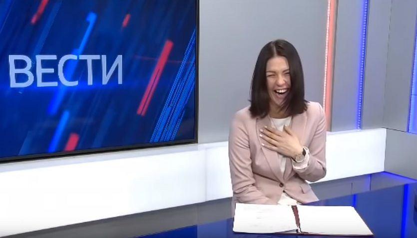 Dziennikarka wybucha śmiechem w państwowej telewizji informując o podwyżkach dla emerytów.