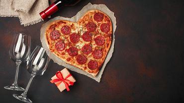 Pizza w kształcie serca to dobry pomysł na walentynkową kolację. Zdjęcie ilustracyjne