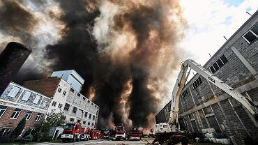 Pożar śmieciowiska na terenie byłych zakładów chemicznych Boruta. Zgierz, 26 maja 2018