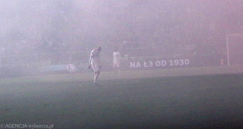Zadymienie murawy podczas meczu Legia - Górnik